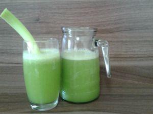 Esse suco é uma delíciaaaaa! Ingredientes: 2 folhas de couve 1 maça 1 abacaxi pequeno 1 xícara e alho porró 1 copo de água Modo de Fazer: Coloque todos os ingredientes no liquidificador e bata. Coe…