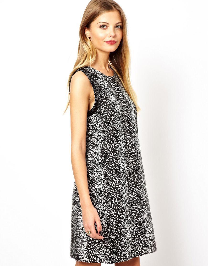 Kleid von ASOS Collection aus 100% reiner Baumwolle atmungsaktiver Webstoff Rundhalsausschnitt verzierter Saum an den Ärmeln durchgehendes Tierfellmuster V-Ausschnitt hinten normale Passform