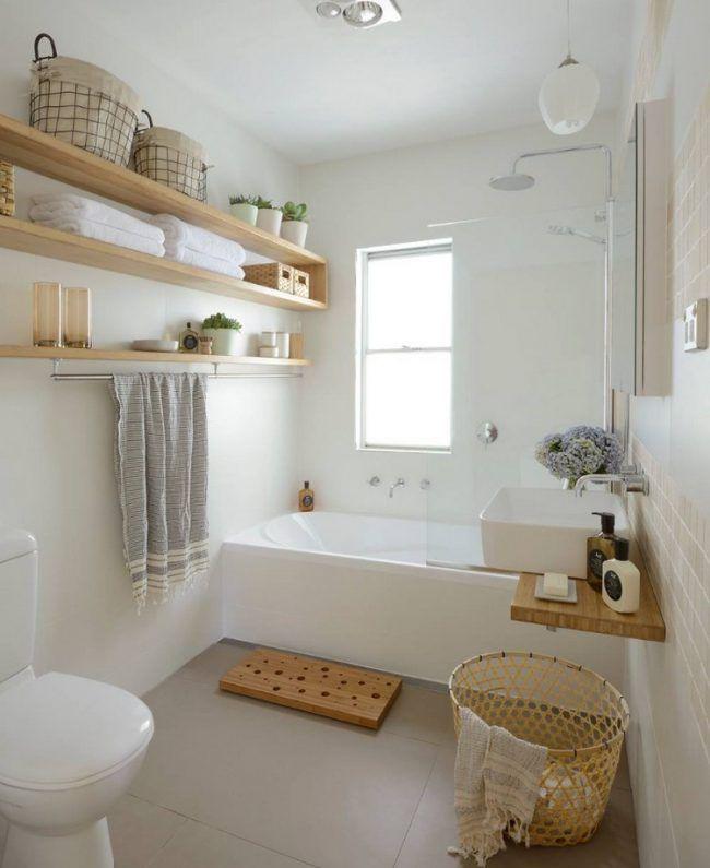 Gäste WC gestalten helles-badezimmer-regale-badewanne-holz - holz für badezimmer