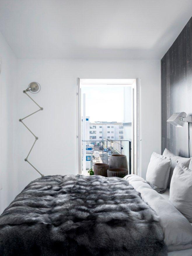 Jernsengen er fra Hay, og sengebordene fra Frama. Den luksuriøse hotelstil understreges af et pelstæppe fra Copenhagen Fur. Tapetet og sengelampen er fra Piet Eek Hein, og zigzag-lampen fra Jielde.