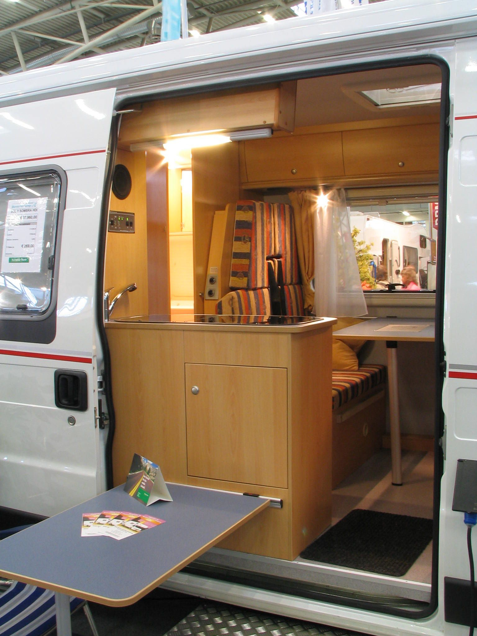 fiat ducato kastenwagenausbau f r familie bavaria camp denkt mit seinen sol y sombra auch an die. Black Bedroom Furniture Sets. Home Design Ideas