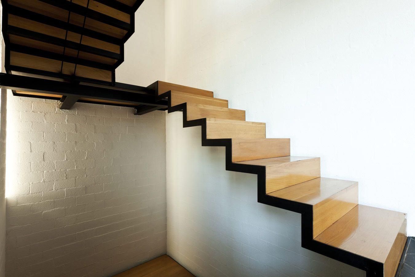Houten trap met zwarte randen originele trappen op maat