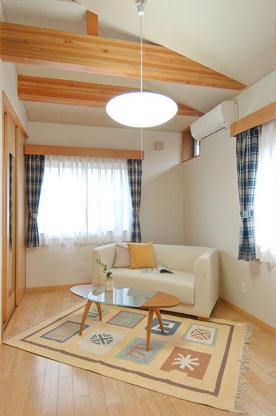 Y H House 化粧梁が見える勾配天井の子供室 カーテンボックスも造作