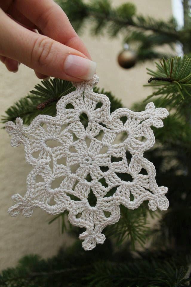 Schneeflocke, gestrickte gehäkelte Schneeflocke, Weichnachtsdeko von Schrejderiha auf Etsy #crochetelements