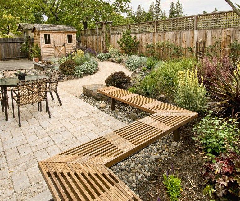 Hinterhof mit großen Windrad Muster Patio mit eingefasst erbaute Holzbank