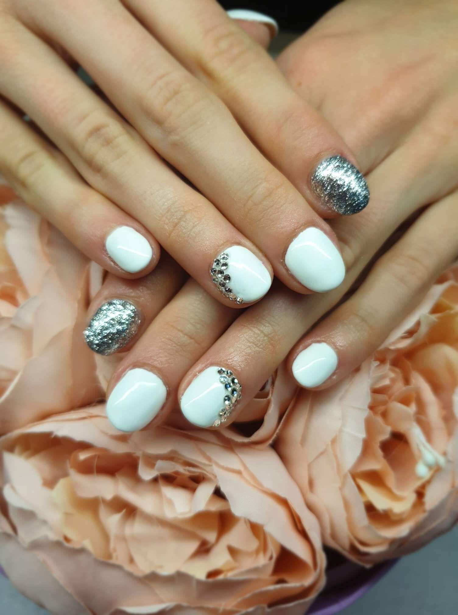 c6911008bd Rövid fehér, ezüst köröm   Körmök ekkor: 2019   Nails és Beauty