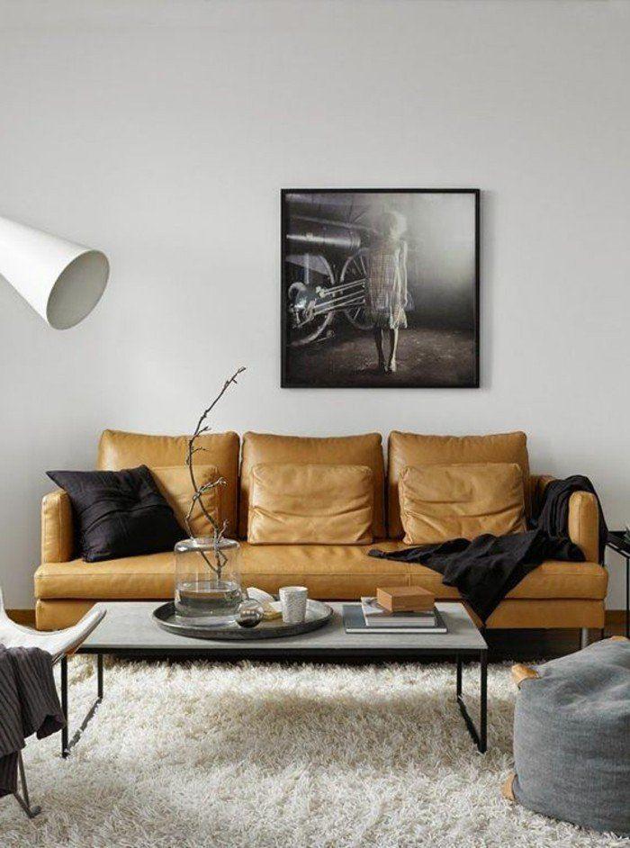 Appartement Avec Salon Chic Tapis Blanc Fourrure, Canapé En Cuir Beige,  Lampe De Lecture