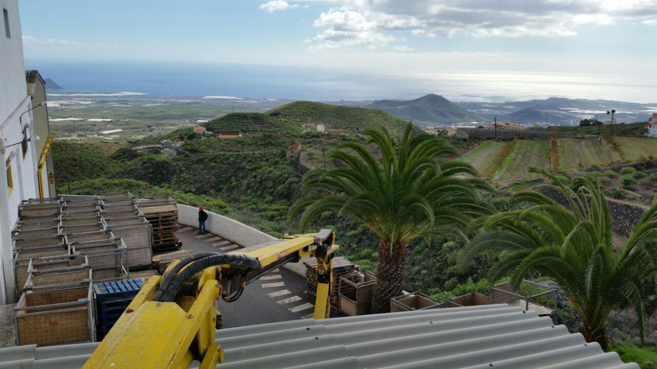 Hay instalaciones #WiFiCanarias #AirInternet más divertidas que otras, como esta en el Sur de #Tenerife en la que utilizamos una plataforma elevadora ;-)