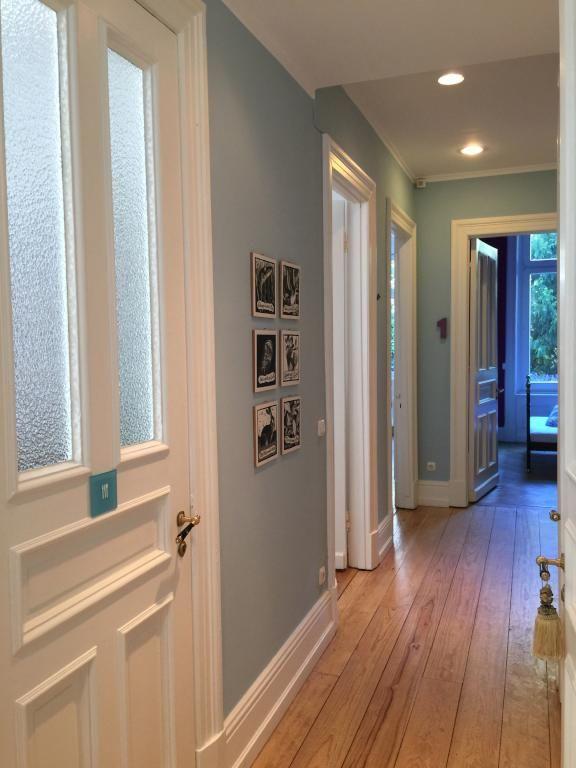 Wand in rauchblau mit fotografien sowie gepfelgten - Pinterest flur ...