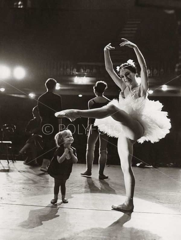 Hun beundrer sin mor, Englands Prima Ballerina, Belinda Wright, 1964. Foto: POLYFOTO/ Arkiv Sturlason