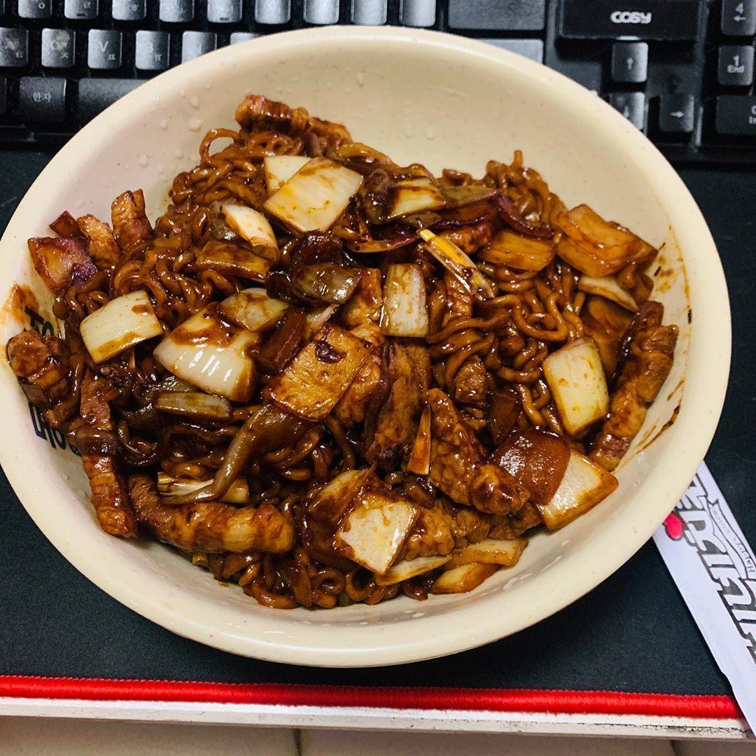 #첫줄 . . . #selfmade #daily #food #feed #cooking #cookstagram #자취요리 #야식 #chinafood #noodles #마라짜장면 #짜장면 #라면 #먹스타그램 #맛스타그램 #요리스타그램 라면의 변신은 동보성!!#첫줄...