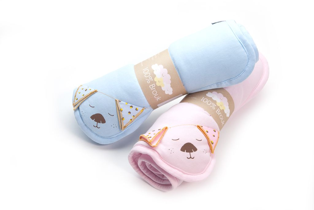100% combed Egyption ecological cotton with a cool print, filled with a soft lining. Can be used for stroller or car-seat. Colors - pale blue / pink. Size - 75/35 cm.