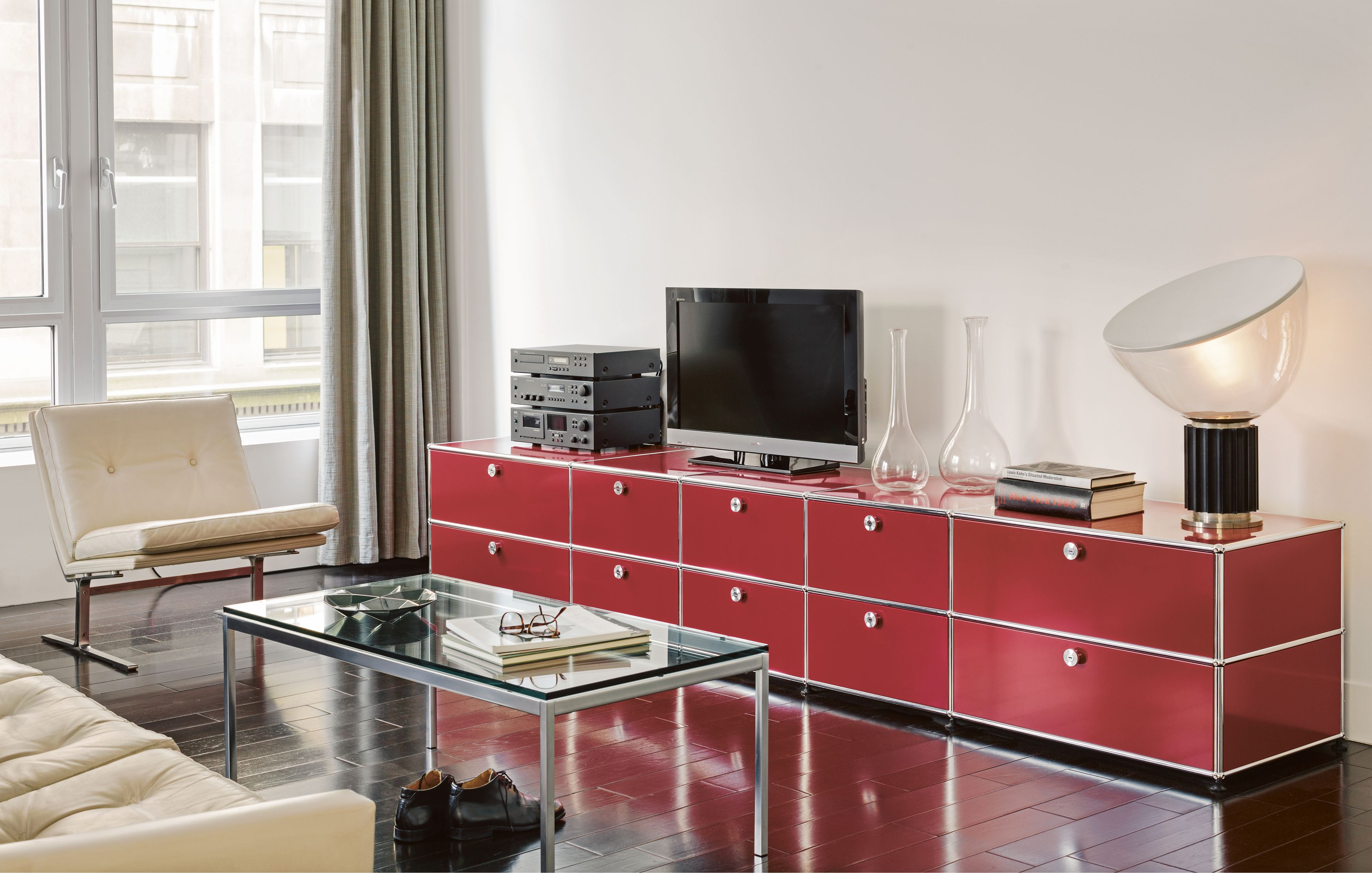 Usm Haller Modular Furniture Unit Is Paired Up With Flos Taccia  # Casa Meuble Tv