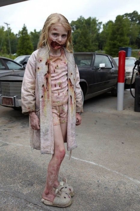 First minute of the show Walking Dead that had me hooked. @Carly Cresta I met her at the thing! She's 14 now and was telling me how she's excited to drive soon and stuff haha
