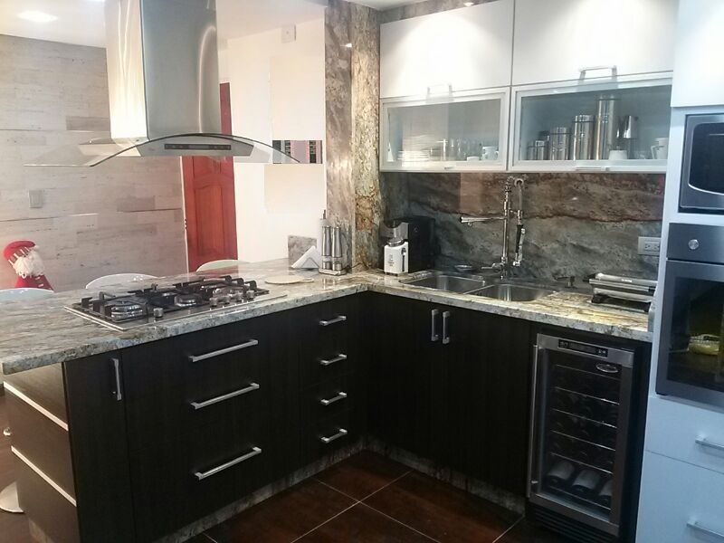 Cocina con f rmica blanco mate y wenge legno puertas con for Puertas de cocina formica