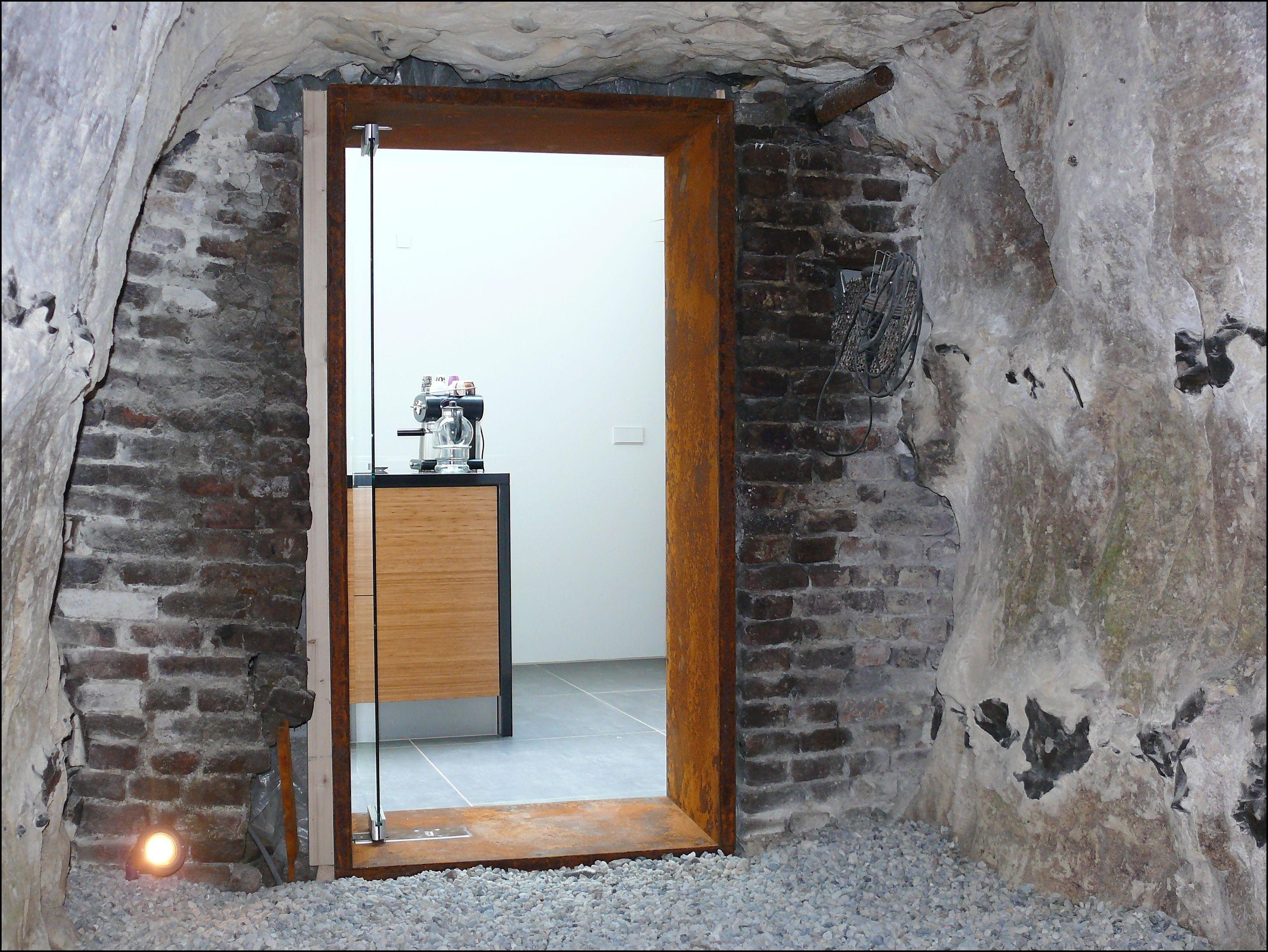 House: Brick Wall, Corten Steel Frame, Glass Door. Woning: Gemetselde Muur