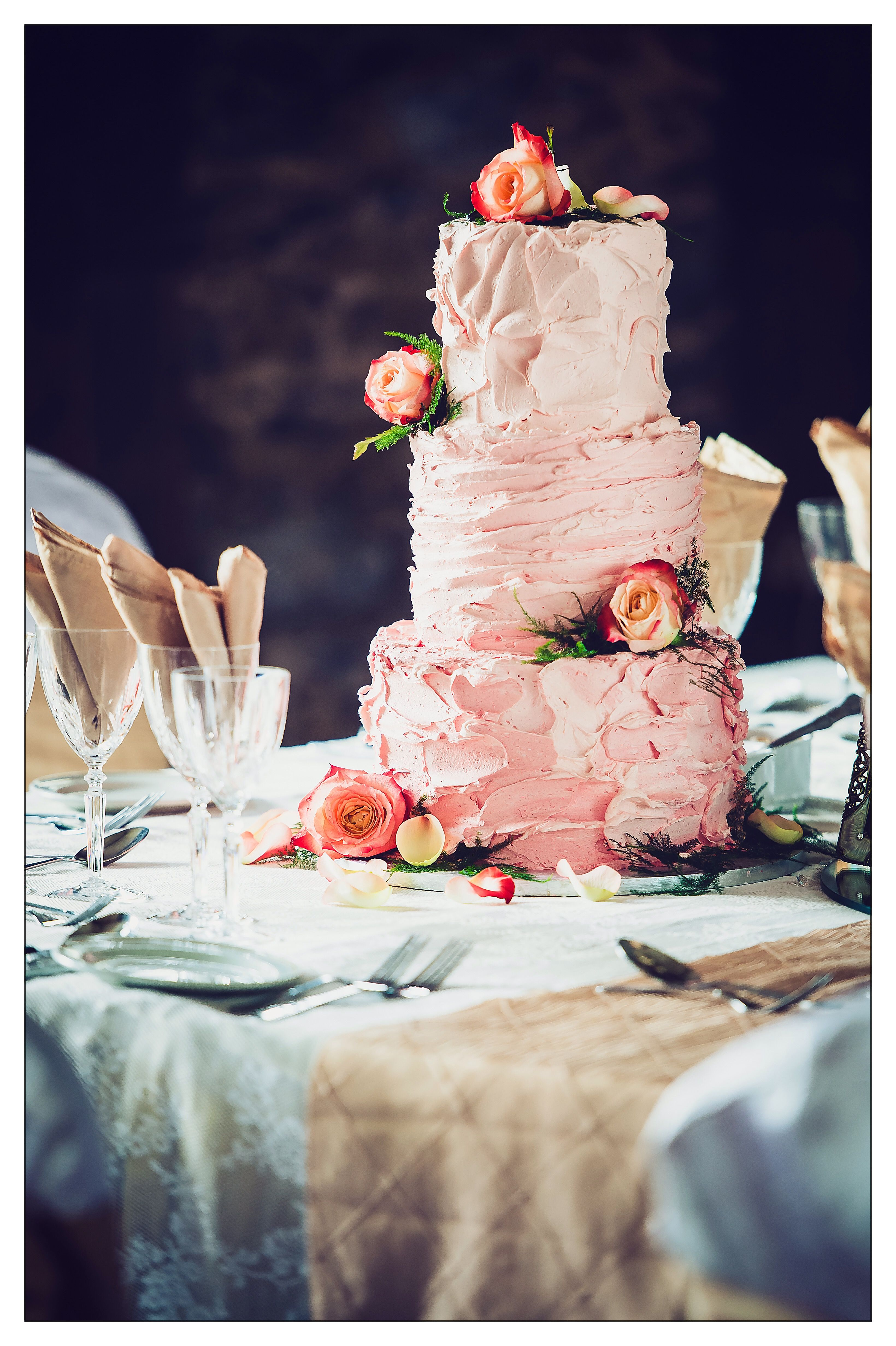 Garden wedding ake idea - floral wedding cake with gold