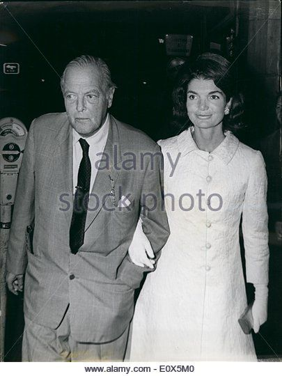 may-05-1965-a-night-out-for-jackie-kennedy-in-london-mrs-jackie-kennedy-e0x5m0.jpg (405×540)