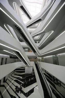 Здание выполнено в сложившейся архитектурной манере Захи Хадид — в авангардном стиле, изменяющем традиционное представление о пространстве и архитектурной геометрии и отвечающем, по словам авторов, эстетике района, сообщает официальный пресс-релиз объекта