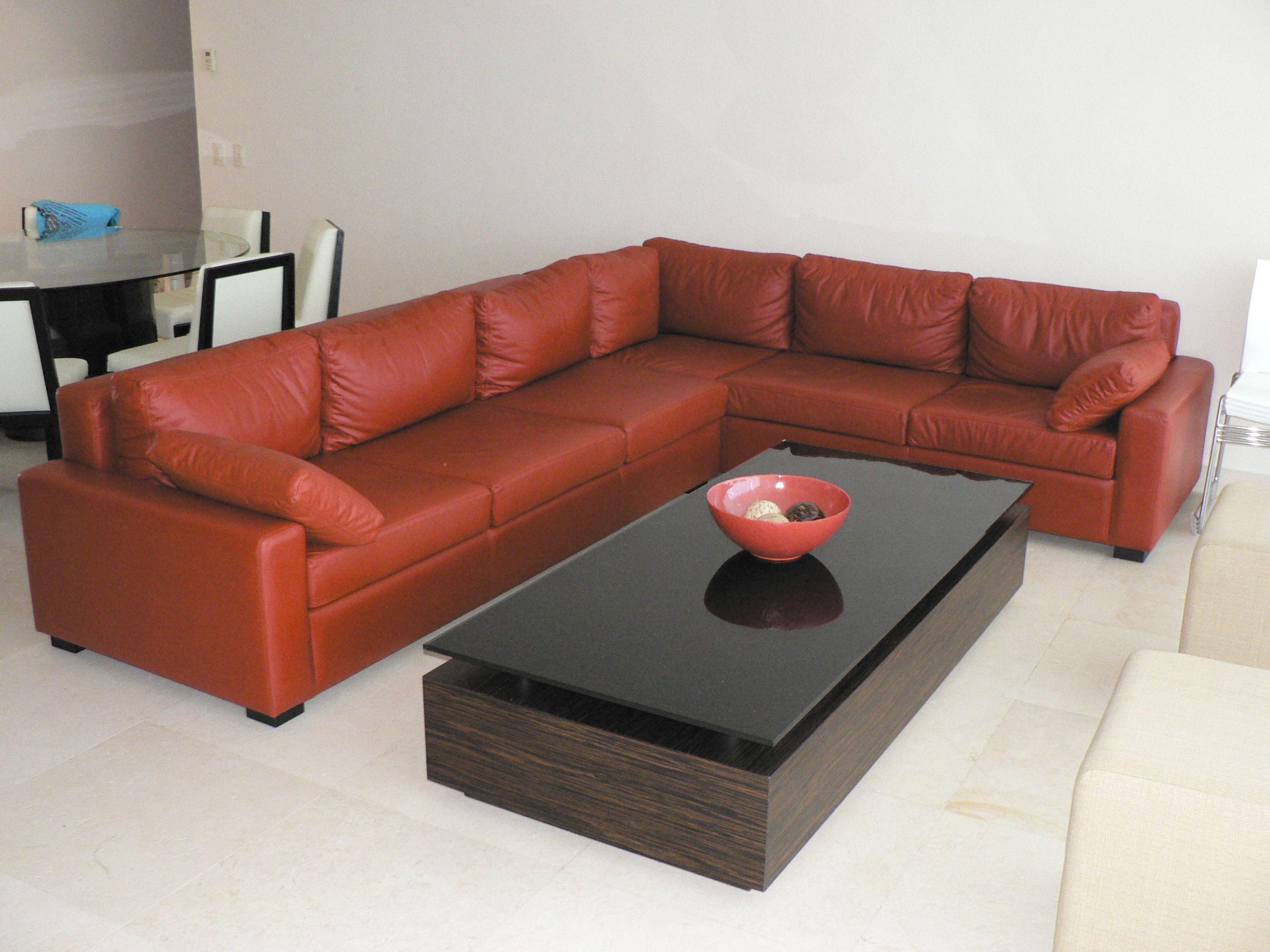 European style office furniture valentineblog net - Sala De Piel Color Marr N En Escuadra Con Mesa De Centro Fabricada En Madera De Bano