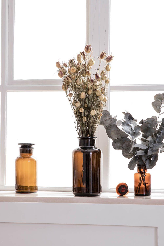 Einfache Fensterbank Dekoration Mit Apothekerglaser Und Trockenblumen Fensterbank Dekorieren Apothekerglas Trockenblumen