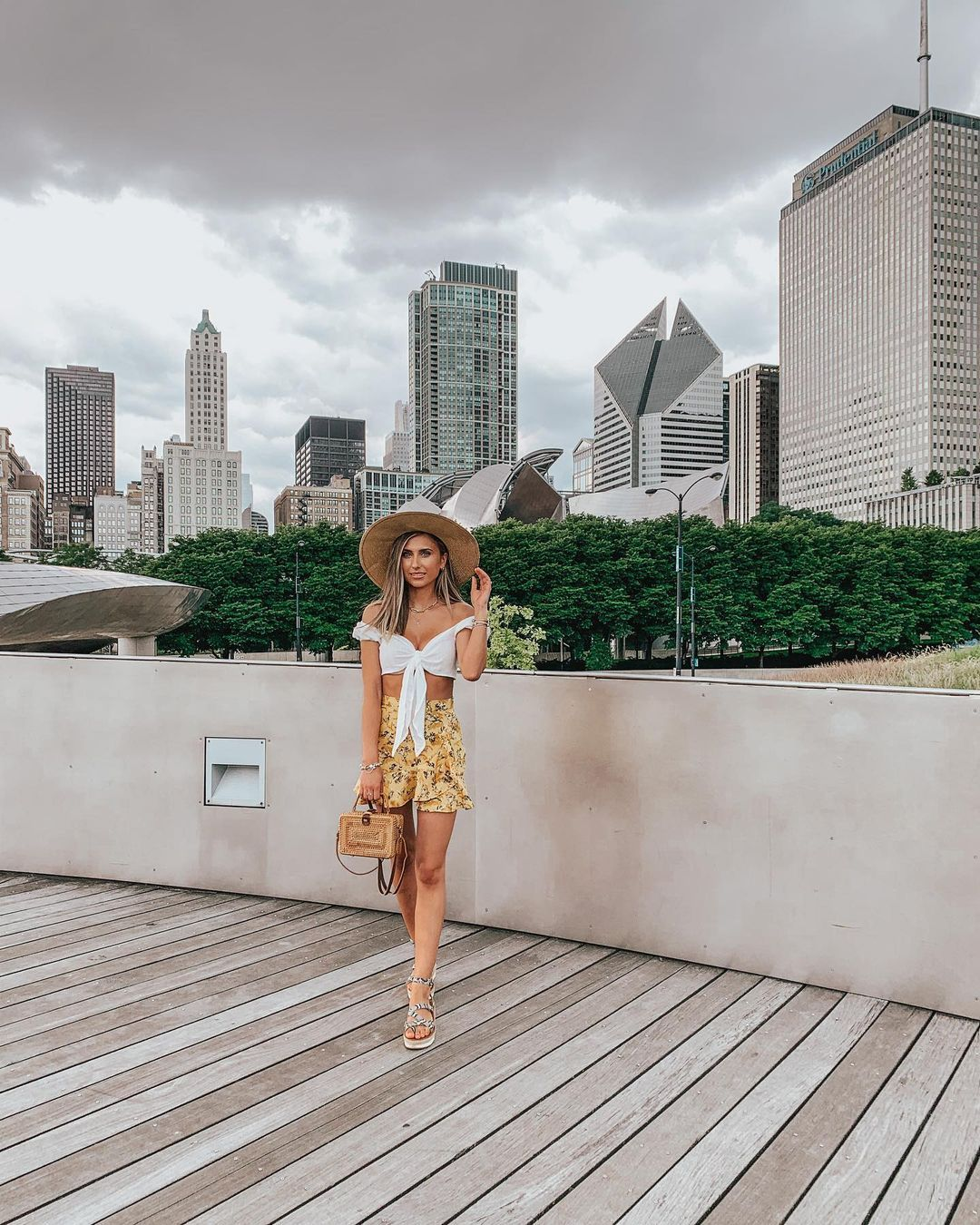 """Ana Burduja on Instagram: """"Hello new week! Missing the summer clothes. . . . . . #chicago #choosechicago #chitown #chicagoarchitecture #milleniumpark #chicagoskyline…"""""""