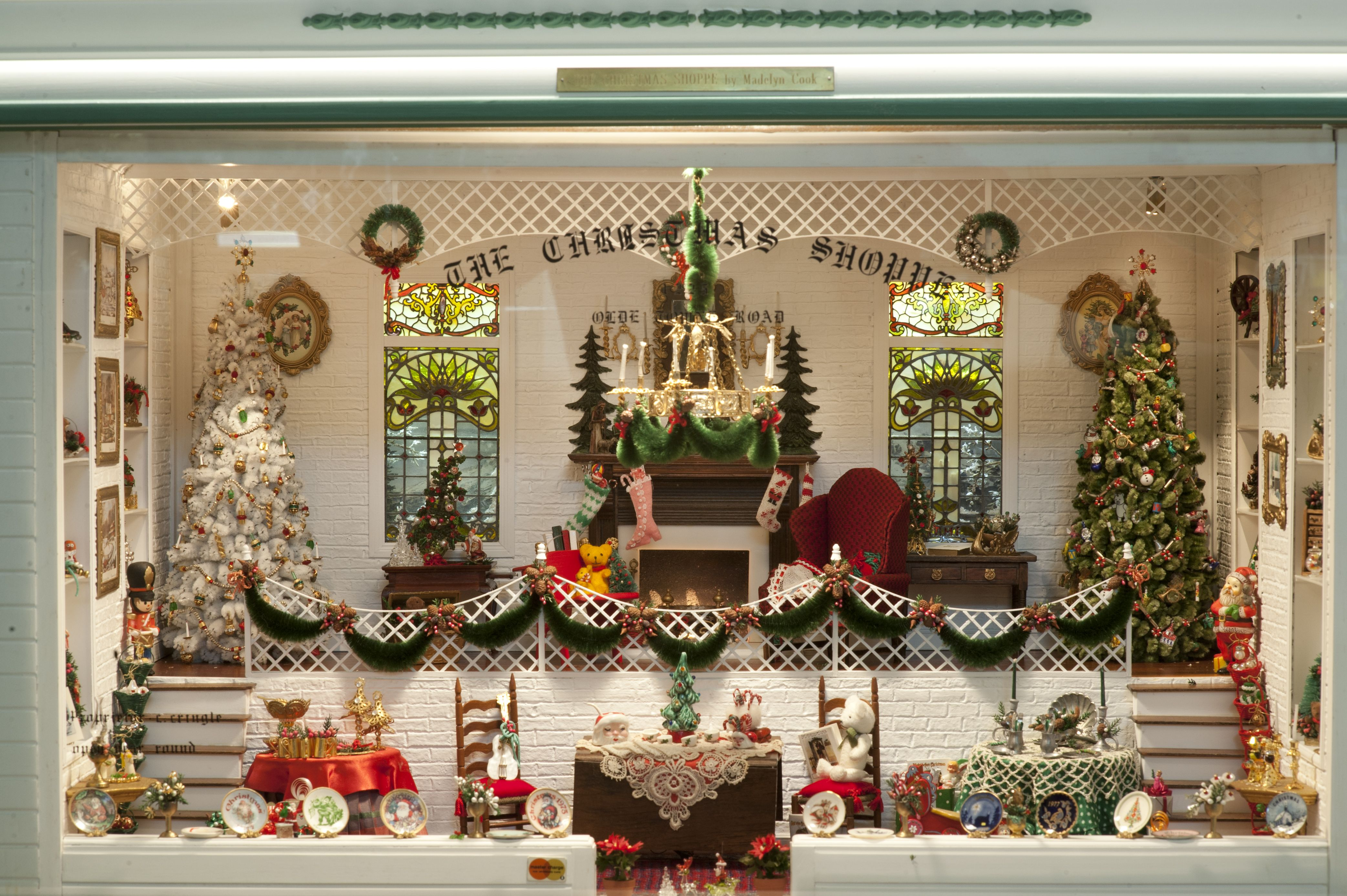 Christmas Miniatures.The Christmas Shoppe In The Mini Time Museum Of Miniatures