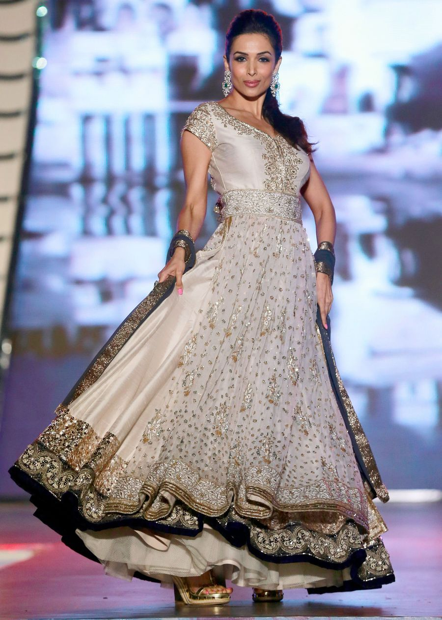 Manish malhotra anarkali manish malhotra anarkali hd wallpapers car - Malaika Arora Khan Swished Her Skirt On The Ramp At Designer Manish Malhotra S Fashion Show