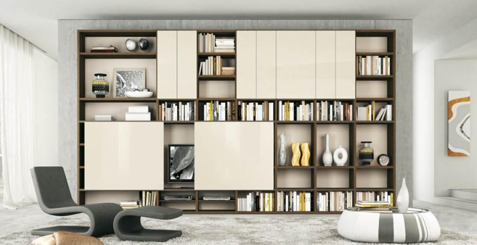 Salon avec de multiples rangements biblioth que salon - Decoration bibliotheque murale salon ...