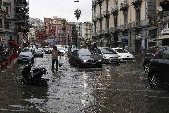 Italia nella morsa del maltempo. Forti temporali ieri mattina a Milano e Roma mentre ad Ancona il sindaco ha imposto il divieto di balneazione dopo il violento nubifragio di venerdi.