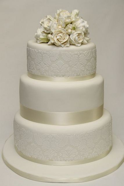 V 3 Stockige Hochzeitstorte Weisse Rosen Damaskmuster Wedding Cakes