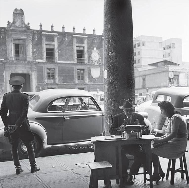 Un escribano en la Pza de Santo Domingo, años cuarenta. Foto de Juan Guzmán vía @FotograficaMx http://on.fb.me/1MpouL7