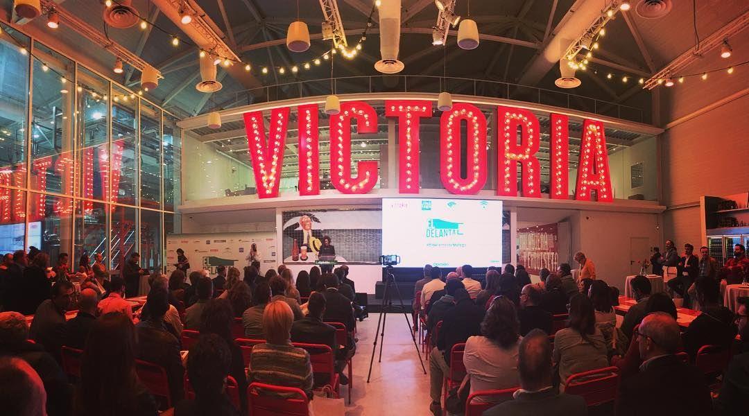 Comienza La Presentación De Eldelantal Eldelantaldemalaga En Cervezavictoria Neon Signs Broadway Shows Broadway Show Signs