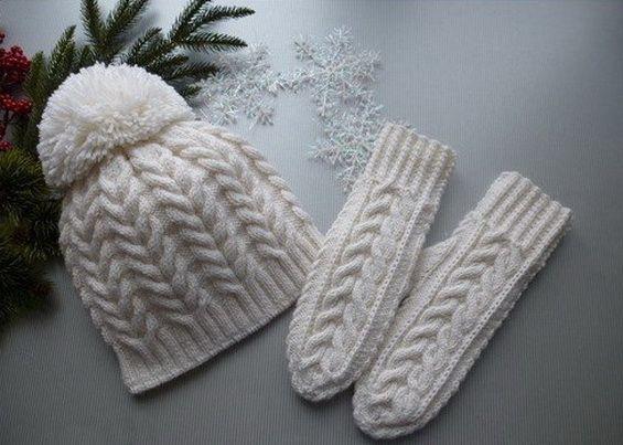 вязание шапки спицами с косами и помпоном в комплекте с варежками