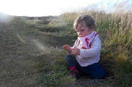 Kleinkind im SpielRaum Natur ( Wiese)