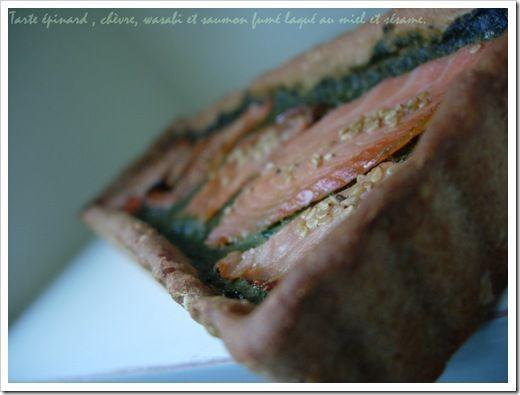 Tarte aux épinards frais , chèvre, wasabi et saumon fumé laqué au miel et aux graines de sésame