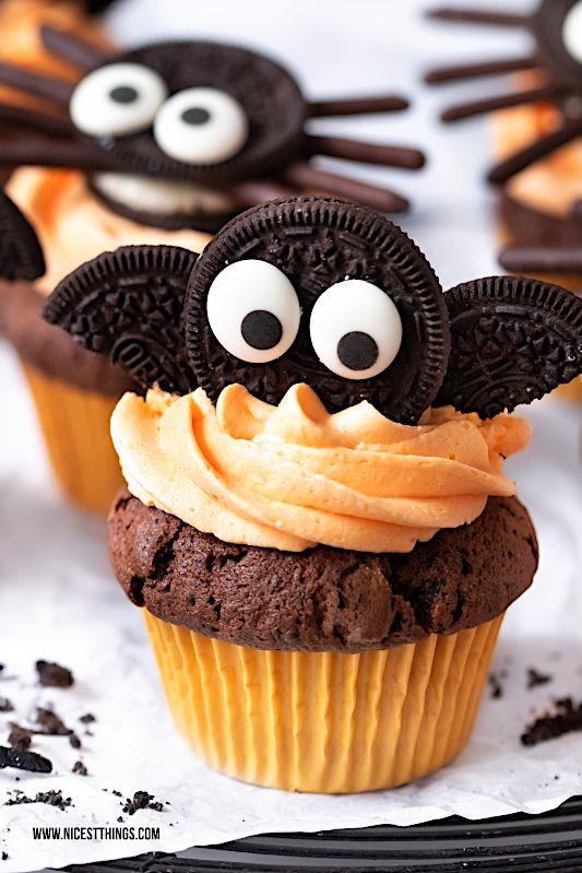 Fledermaus Cupcakes und Spinnen Cupcakes: ein Halloween Rezept für Oreo Cupcakes #halloweencupcakes