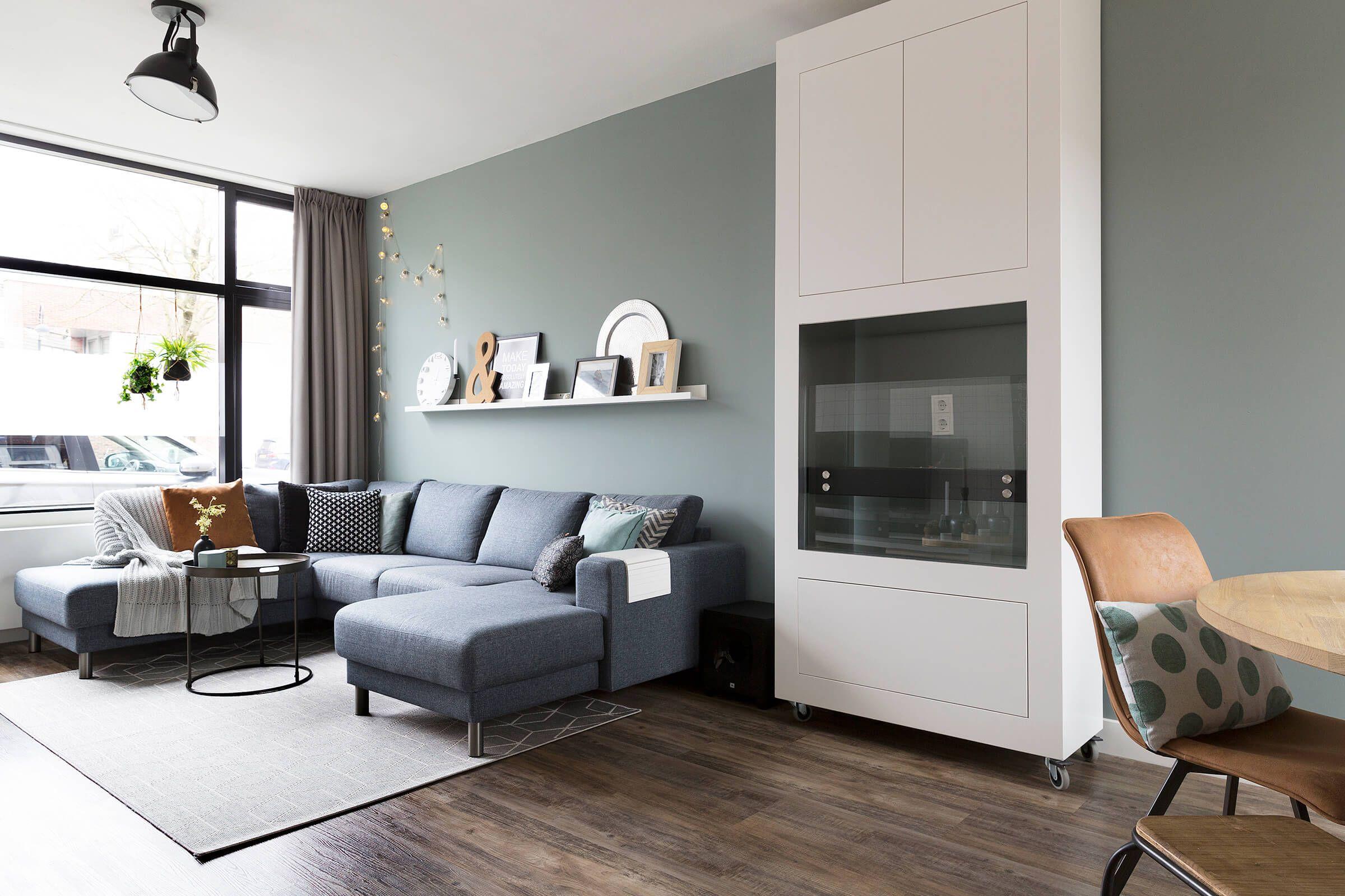 Woonkamer groene muur en donkere kozijnen | Homeful woonkamer 2 ...