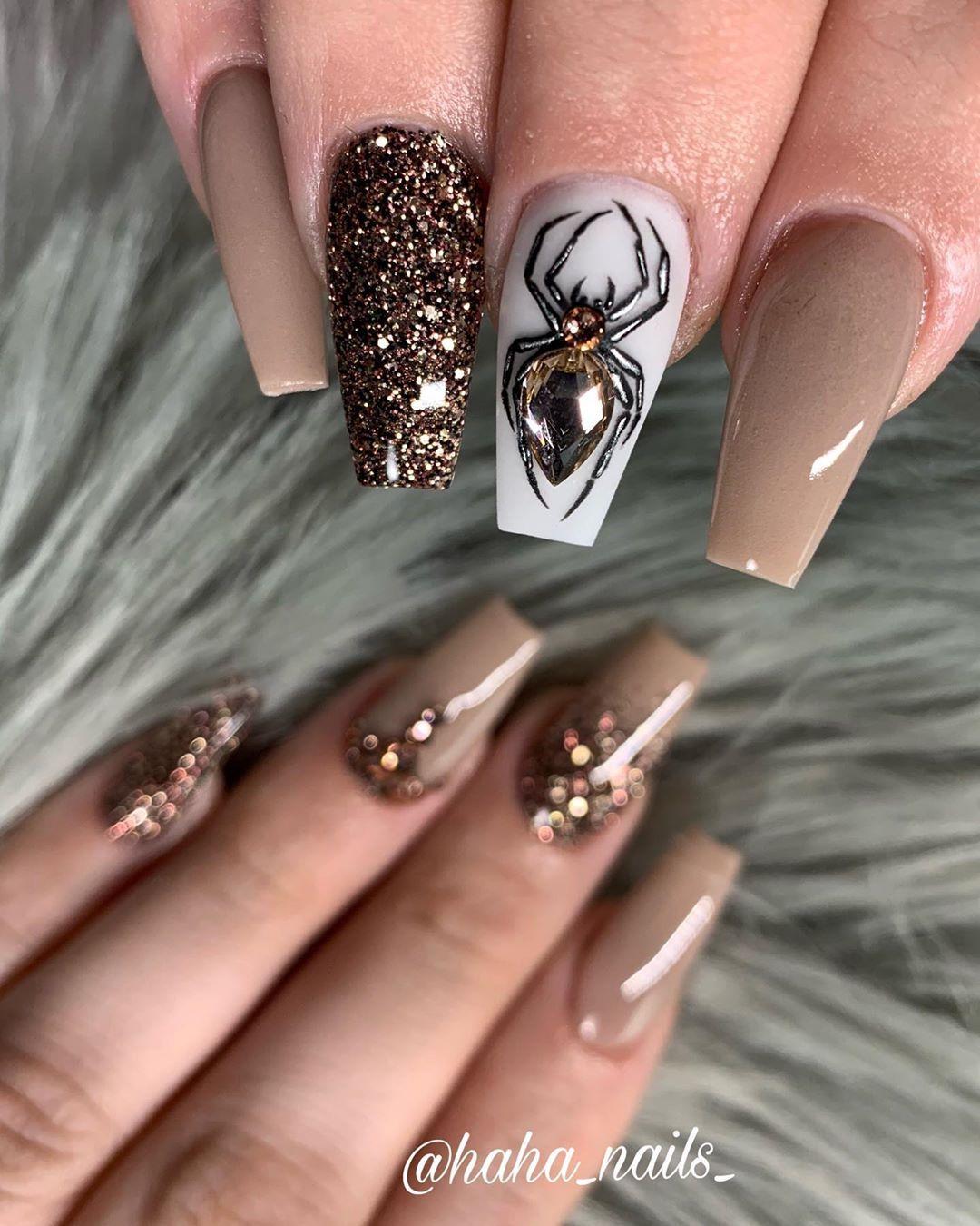 """Hailey Ann Hall auf Instagram: """"Acrylfarben sind von @dchacrylic in"""" Let the Ball Drop """"und"""" The Perfect Taupe! """"♥ ♥ Swarovski-Kristalle sind von @skybeadsonline 💎 und …""""   – Pretty Nails"""