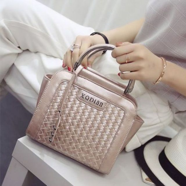 Ready stock.   #88993TCB  IDR 191.000 (belum ongkir)  Size 25x11x18m  Bahan PU Leather Warna Pink. Silver. Black Open Zipper 0850gr Ada tali panjang Shipping from Batam  Order via  BBM: 5D182CFF Line: tascantik_terbaru WA: 087822690288 Inbox FB Tascantik Terbaru  BCA. MANDIRI. BRI  JNE &TIKI  Tidak ada sistem keep pay first get first.  Happy shopping ladies    #tasimportmurah #tasbatammurah #tasimportbatammurah  #tasfashionmurahbanget #taskoreamurah #ranselimport #jualtasimportcina #tas3n1…