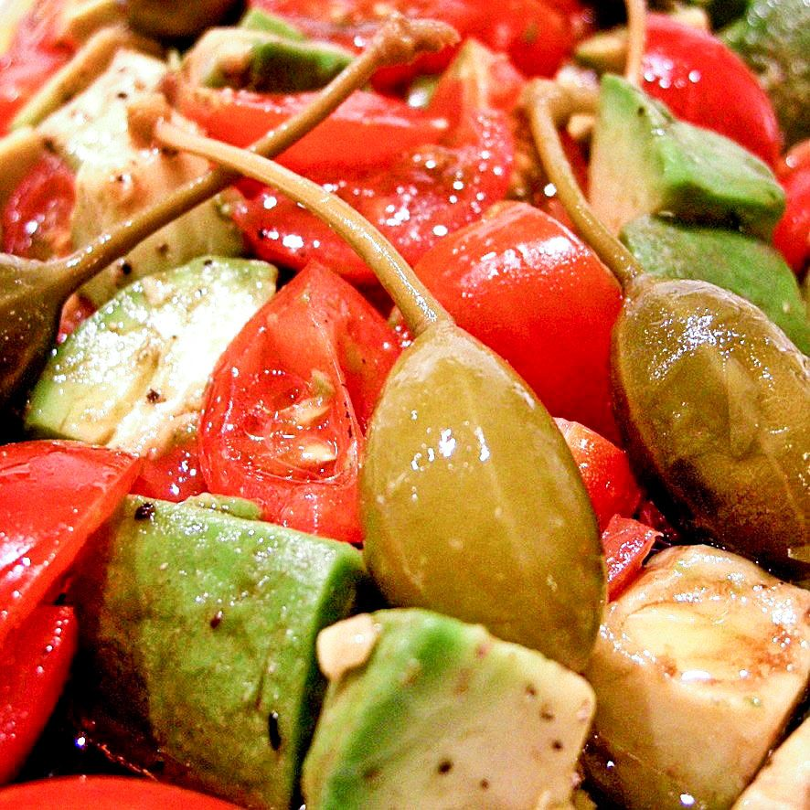 Salade van avocado, cherrytomaatjes en kapperappeltjes.