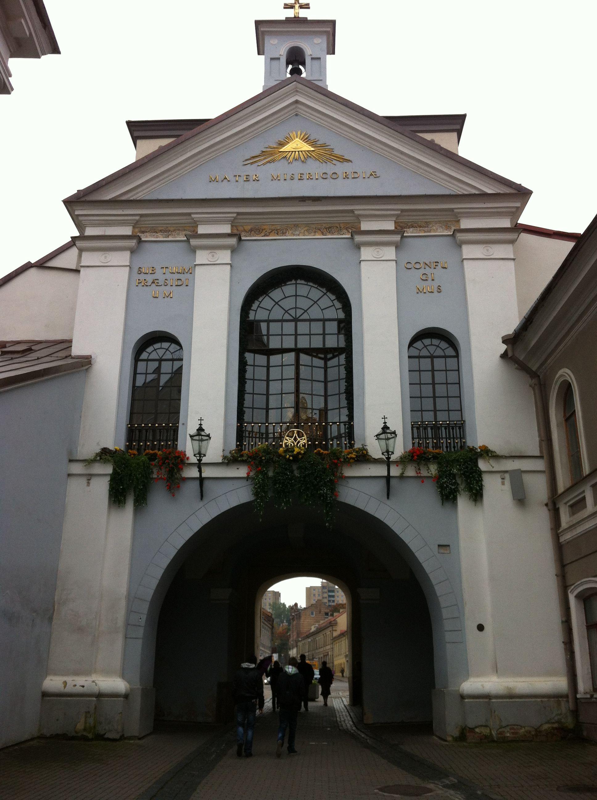 The Gate of Dawn in Lithuanian capital city Vilnius, It was built between 1503 and 1522 - Aušros Vartai, Vilnius, Lietuva - Ostra Brama, Wilno, Litwa - Острая Брама, Вильнюс, Литва.