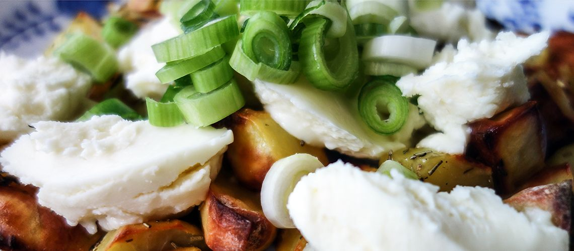 Pečené zemiaky s bryndzou Rýdzo slovenské a maximálne jednoduché :)  #bryndza #zemiaky #recept http://varme.dennikn.sk/recipe/pecene-zemiaky-s-bryndzou/