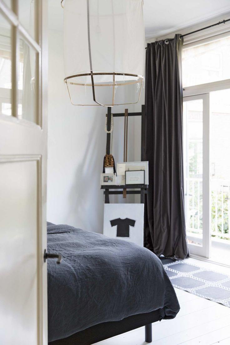 Slaapkamer met zwart bed en witte vloer | Bedroom with black bed and ...