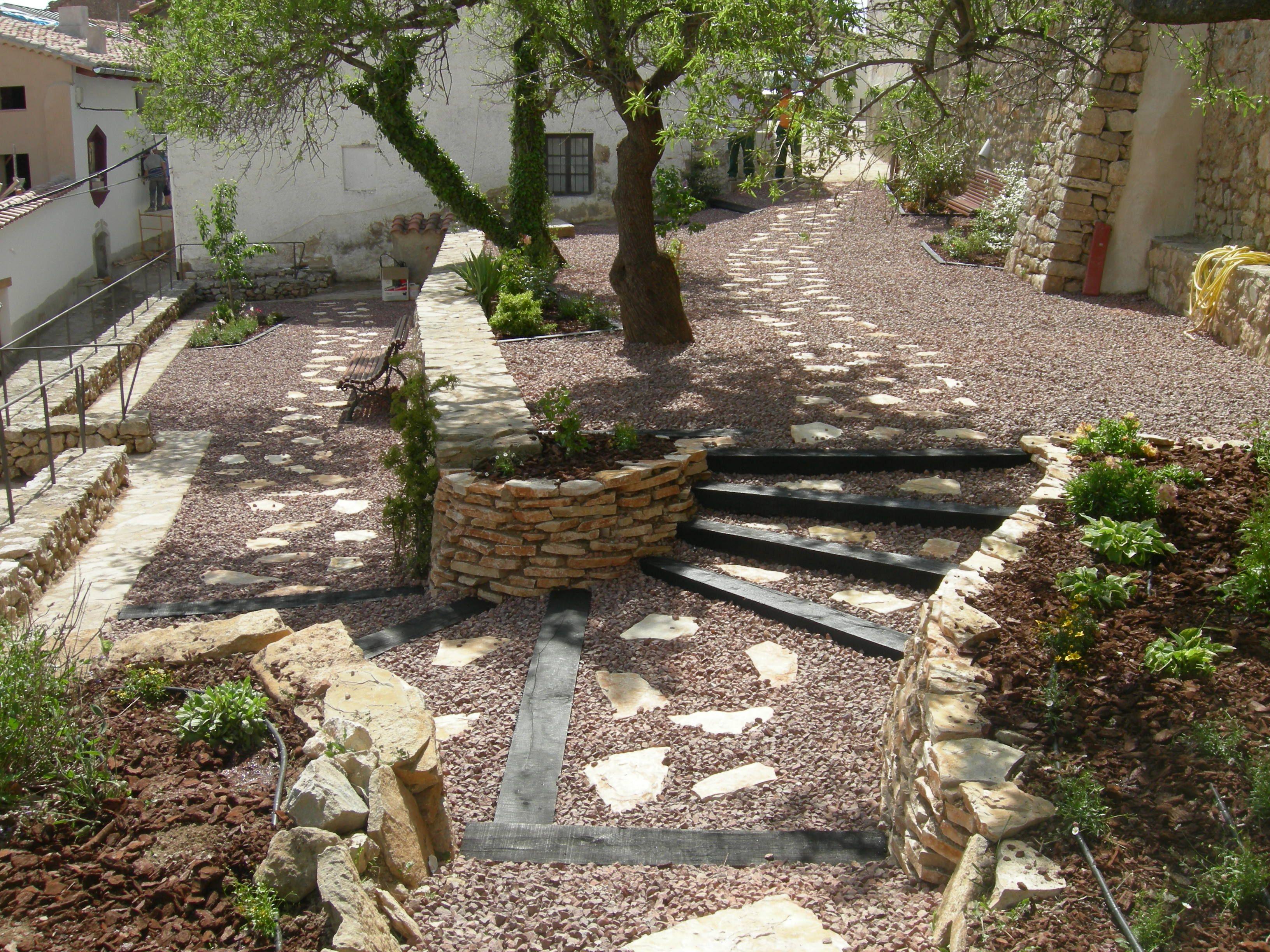 Escalonado con traviesas de madera jardin pinterest for Como hacer un jardin rustico