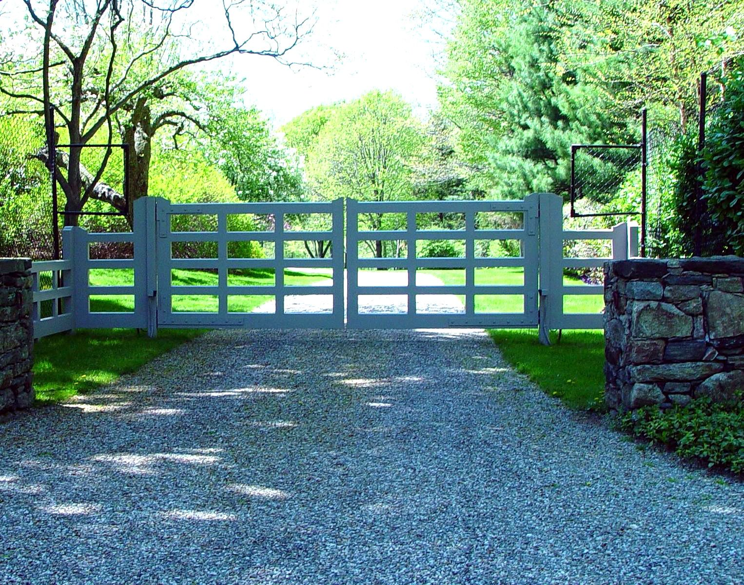 This trellis driveway gate design works well with a variety of ...