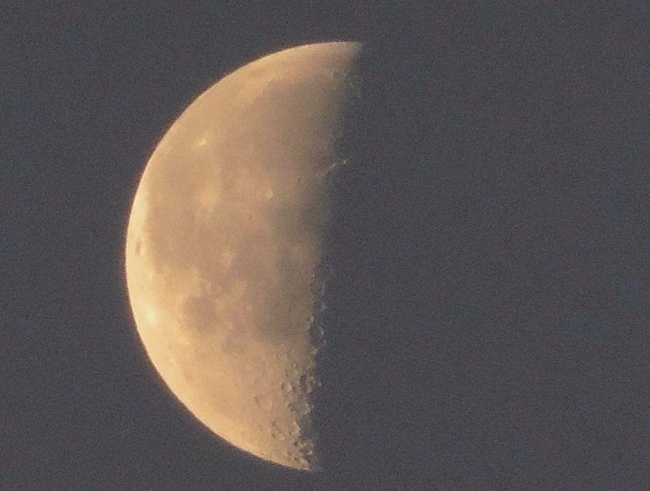 ( Morning Now at Hakata bay in Japan ) 22 May 5:14 博多湾上空に浮かぶ旧暦卯月二十三日下弦の残月です。
