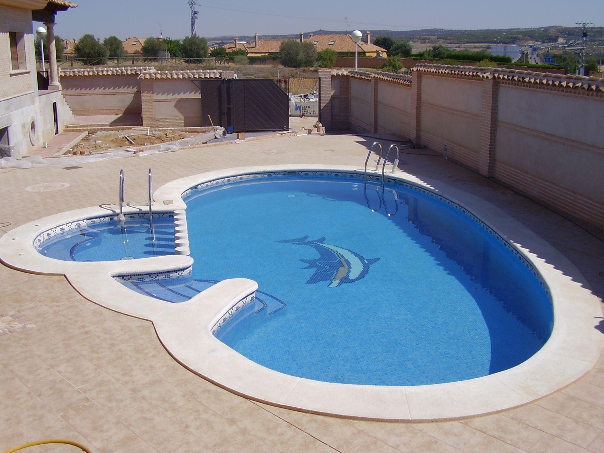 piscina con forma de ri n y coronamiento in situ con