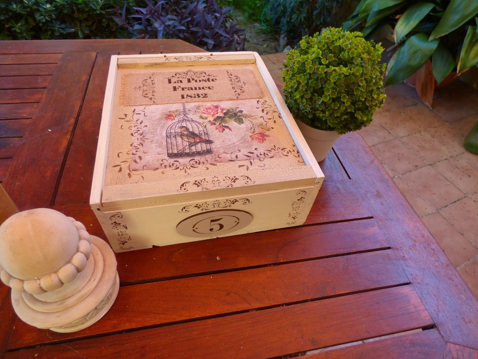 caja de vino decorada con papel de arroz stencils y detalles de arpillera - Cajas De Vino Decoradas