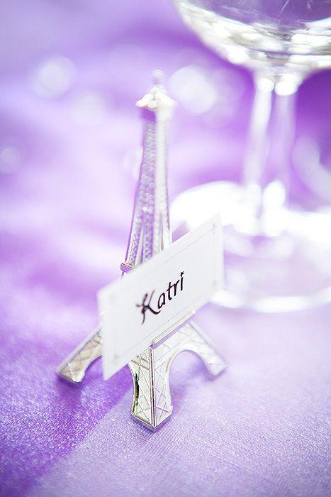 Paikkakortti Eiffel-tornissa, romanttisissa pariisilaishäissä.
